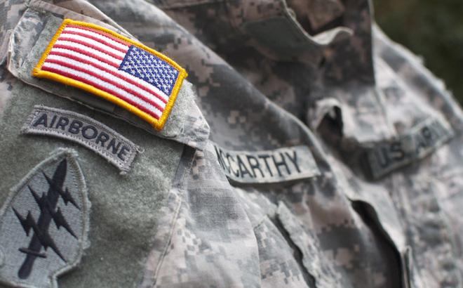 Vì sao lá cờ Mỹ được in ngược trên quân phục?
