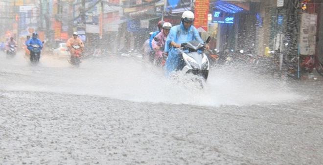 Sau Hà Nội, đến lượt người dân Đà Nẵng dắt xe bì bõm trong dòng nước ngập sau mưa