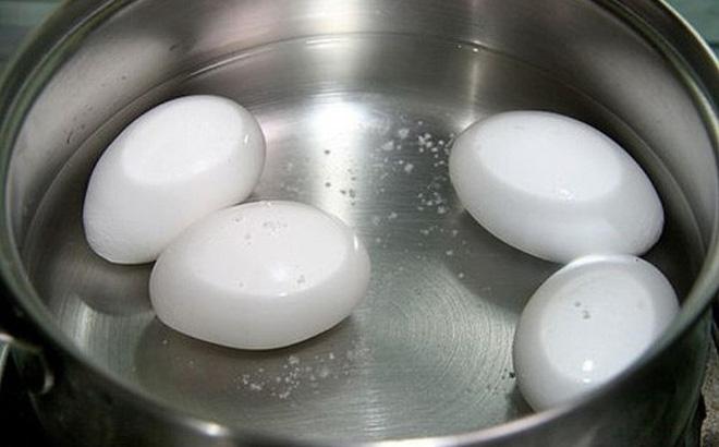 Ai hay cho trứng vừa luộc chín vào nước lạnh để dễ bóc sẽ hối hận tột độ với thông tin này