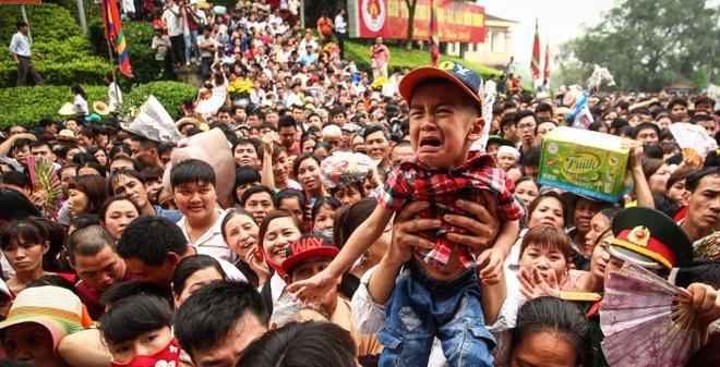 Hàng triệu người chen lấn ở Đền Hùng và ý kiến gây xôn xao
