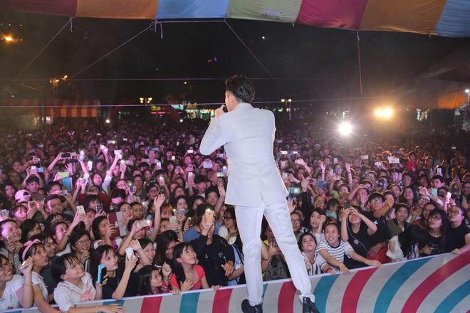 Bảo Thy mặc gợi cảm, nhảy cuồng nhiệt trước hàng nghìn khán giả - Ảnh 9.