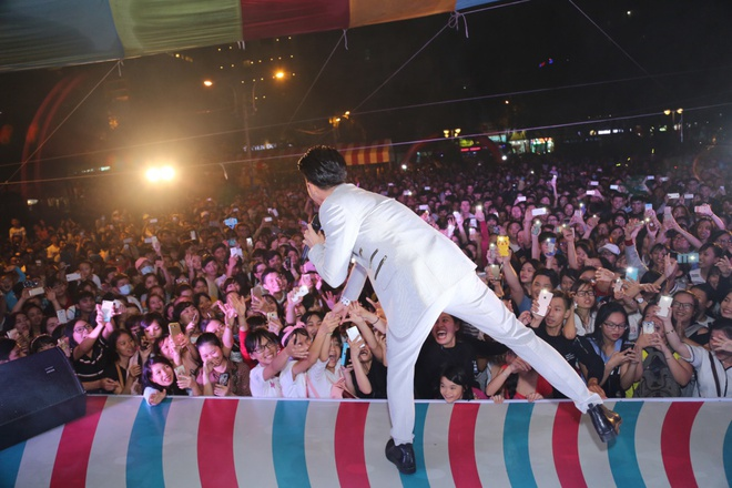 Bảo Thy mặc gợi cảm, nhảy cuồng nhiệt trước hàng nghìn khán giả - Ảnh 7.