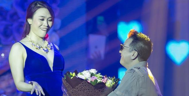 Mr Đàm quỳ gối tặng hoa cho Mỹ Tâm