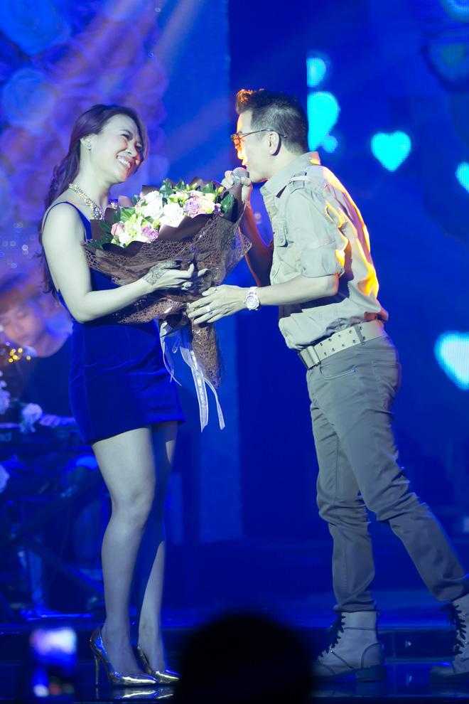 Mr Đàm quỳ gối tặng hoa cho Mỹ Tâm - Ảnh 4.