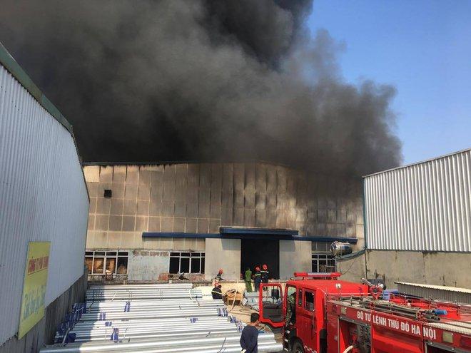 Cháy lớn ở khu công nghiệp Ngọc Hồi, nhiều người hoảng loạn bỏ chạy - ảnh 14