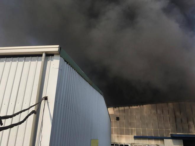 Cháy lớn ở khu công nghiệp Ngọc Hồi, nhiều người hoảng loạn bỏ chạy - ảnh 15