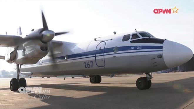 Việt Nam có nên sơn Hàm cá mập cho An-26 như chiếc máy bay này? - Ảnh 1.