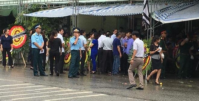 Hình ảnh 2 đám tang trên cùng một con phố ở Yên Bái