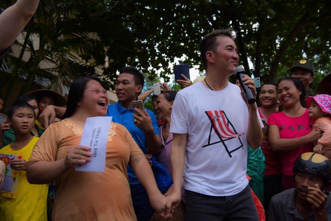 Mr Đàm: Sáng đến vùng lũ, tối về hát từ thiện ủng hộ miền Trung - Ảnh 1.