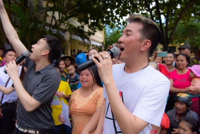 Mr Đàm: Sáng đến vùng lũ, tối về hát từ thiện ủng hộ miền Trung - Ảnh 3.
