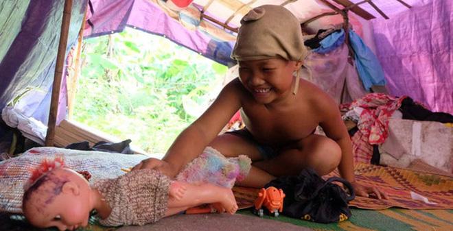 """Cô bé 7 tuổi trong gia đình """"dị nhân"""" quanh năm cởi truồng ở bãi sông Hồng: Con muốn đi học lắm!"""