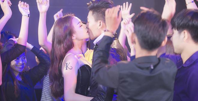 Trà Ngọc Hằng hôn say đắm Hiếu Nguyễn