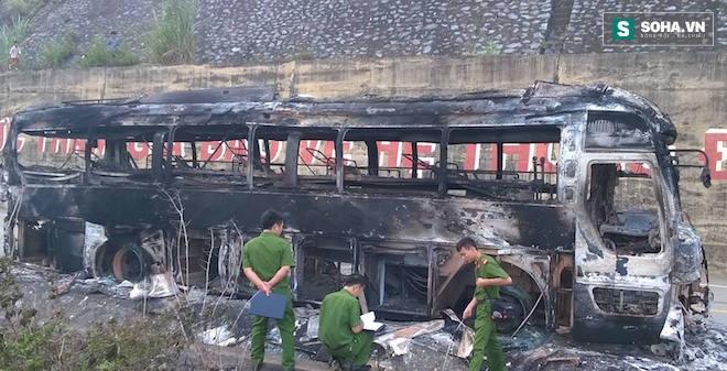 Tài xế hô hoán người dân cứu xe khách đang bốc khói, lửa