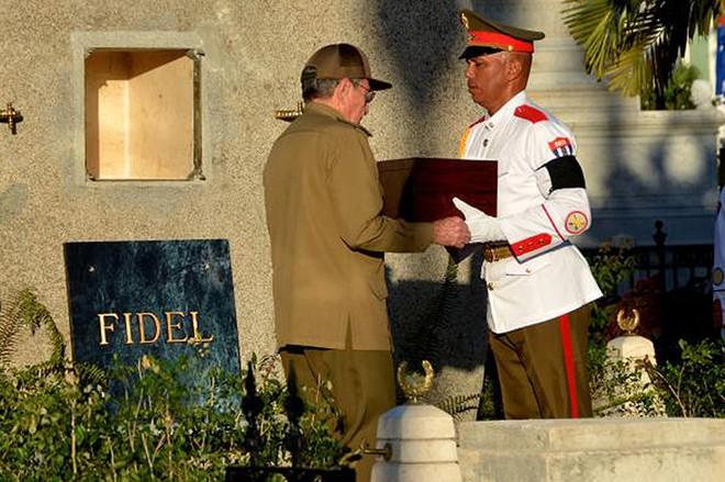 Hình ảnh ngôi mộ rất giản dị của Lãnh tụ Cuba Fidel Castro - Ảnh 1.