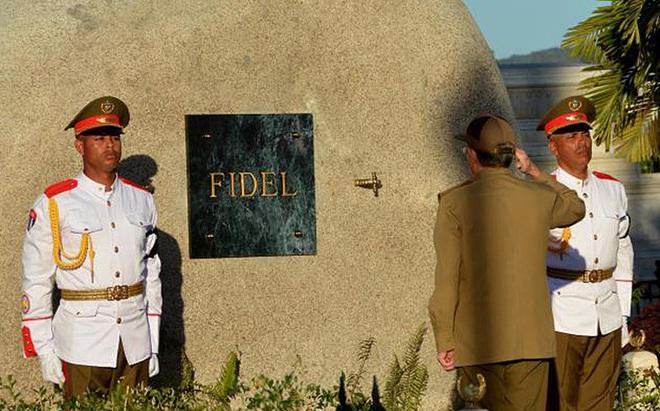 Hình ảnh ngôi mộ rất giản dị của Lãnh tụ Cuba Fidel Castro
