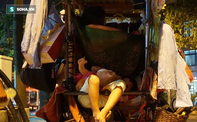 Vợ chồng nhặt ve chai sống trong chiếc xe đẩy vỏn vẹn 1 mét vuông ở Sài Gòn