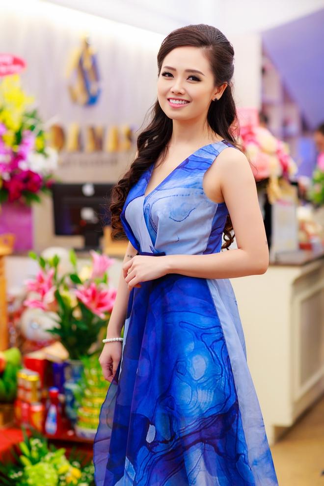 Hoa hậu Ngọc Hân vai trần gợi cảm trong ngày lạnh - Ảnh 10.