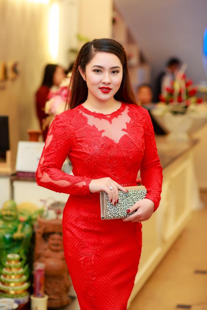 Hoa hậu Ngọc Hân vai trần gợi cảm trong ngày lạnh - Ảnh 7.