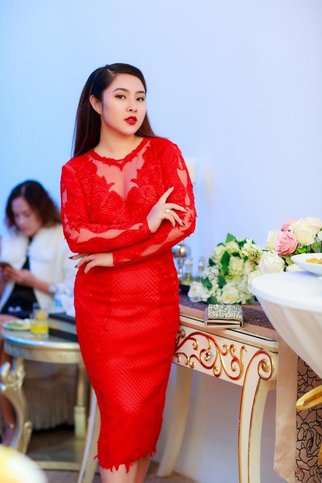 Hoa hậu Ngọc Hân vai trần gợi cảm trong ngày lạnh - Ảnh 8.