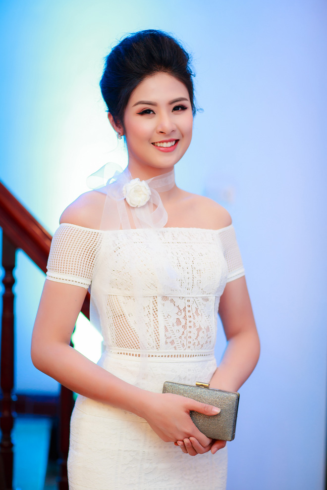 Hoa hậu Ngọc Hân vai trần gợi cảm trong ngày lạnh - Ảnh 3.