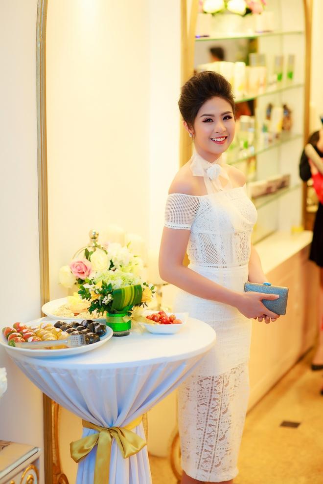 Hoa hậu Ngọc Hân vai trần gợi cảm trong ngày lạnh - Ảnh 2.