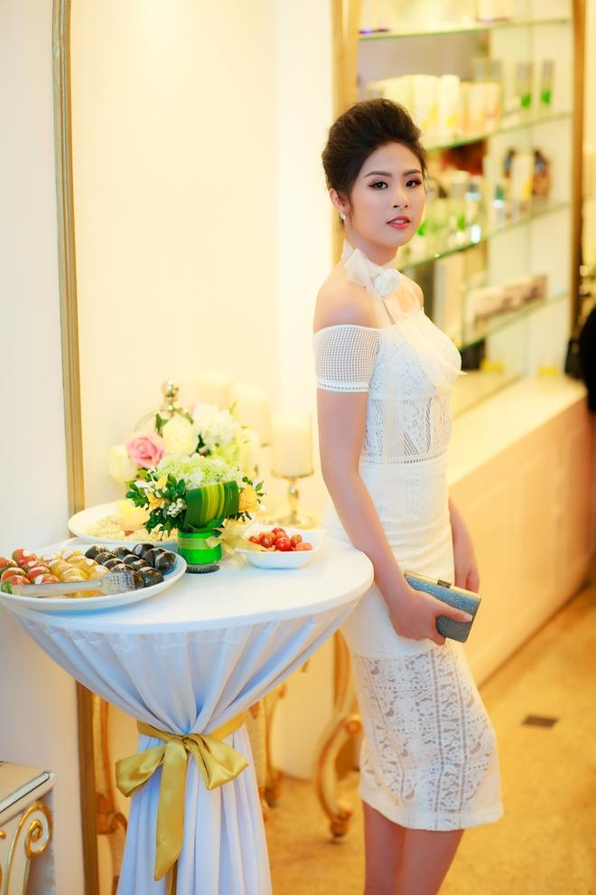 Hoa hậu Ngọc Hân vai trần gợi cảm trong ngày lạnh - Ảnh 1.