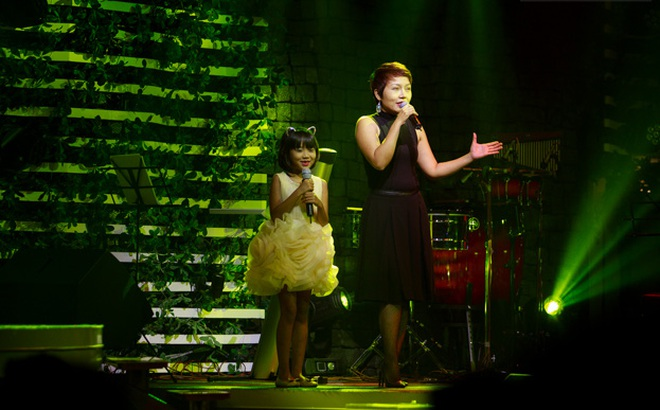 Thái Thuỳ Linh gửi con trong bệnh viện để đi diễn