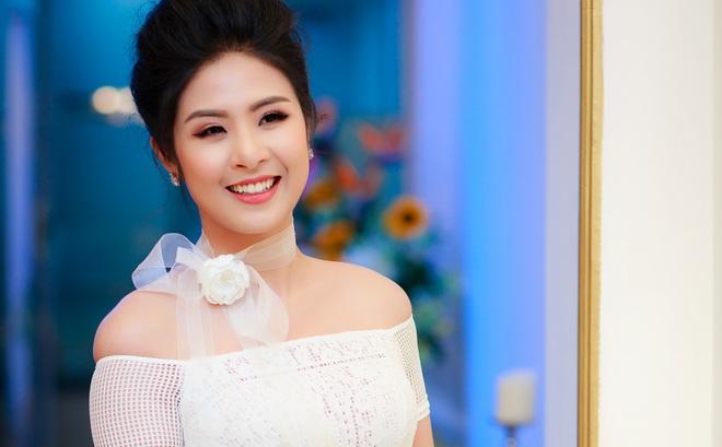 Hoa hậu Ngọc Hân vai trần gợi cảm trong ngày lạnh