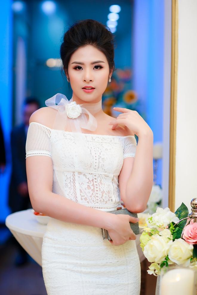 Hoa hậu Ngọc Hân vai trần gợi cảm trong ngày lạnh - Ảnh 4.