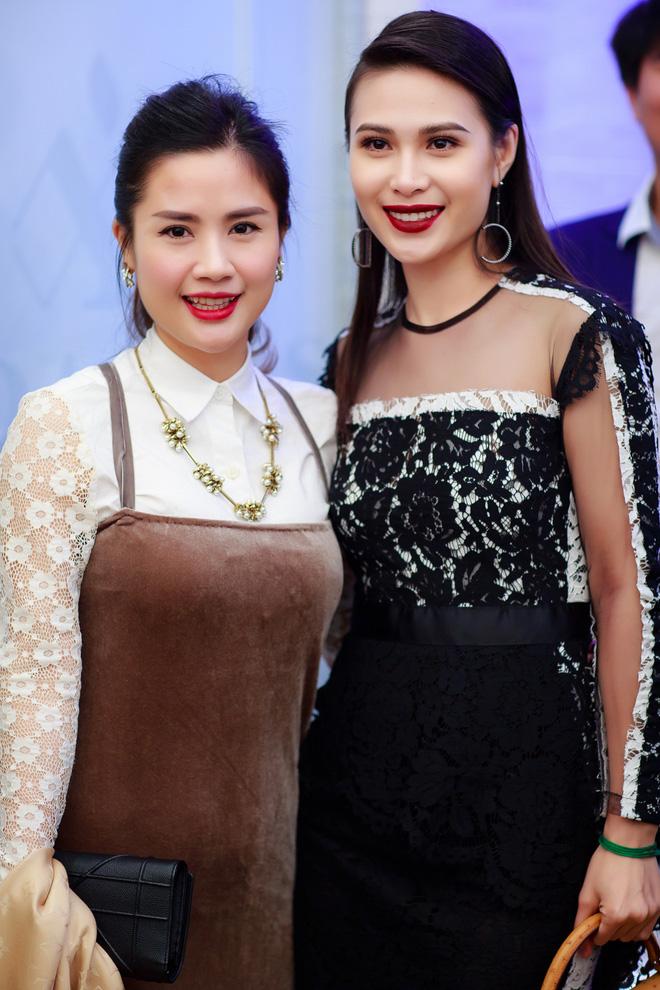 Hoa hậu Ngọc Hân vai trần gợi cảm trong ngày lạnh - Ảnh 6.