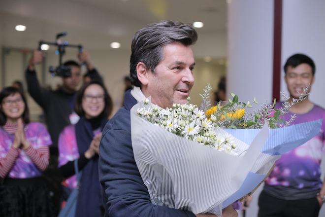 Thomas Anders của Modern Talking thích thú khi được tặng hoa cúc họa mi - Ảnh 2.