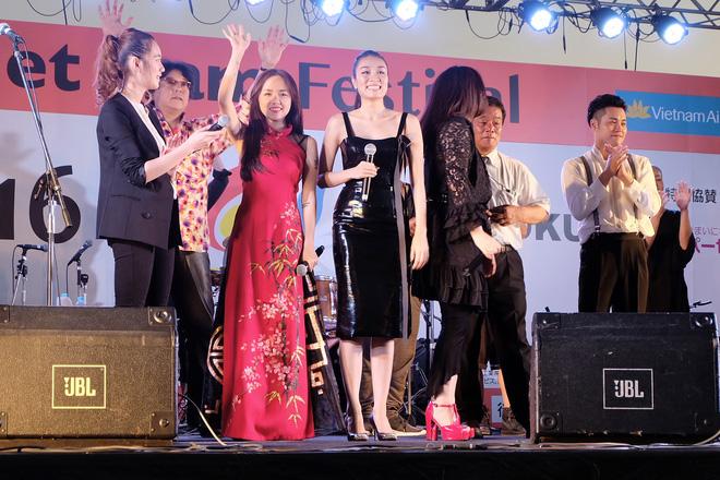 Em gái Phương Linh cá tính với áo dài cách điệu - Ảnh 3.