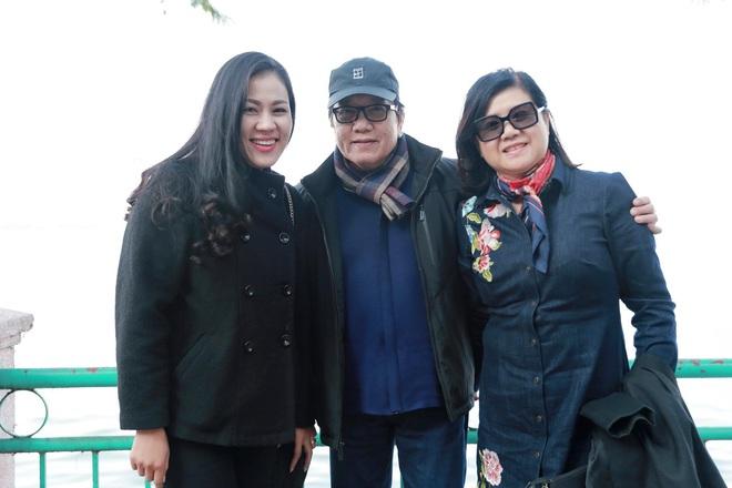 Danh ca Elvis Phương tranh thủ đưa vợ đi thăm thú Hà Nội - Ảnh 2.