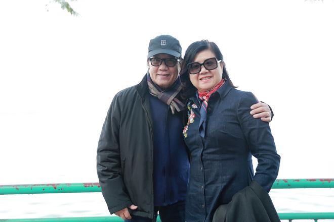 Danh ca Elvis Phương tranh thủ đưa vợ đi thăm thú Hà Nội - Ảnh 1.