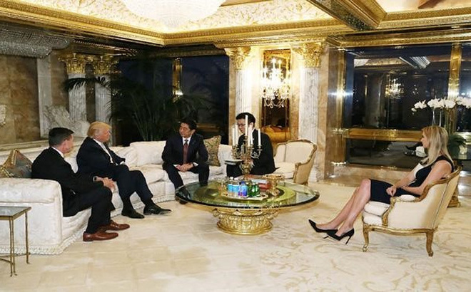 Ivanka Trump góp mặt trong cuộc gặp giữa cha mình và Thủ tướng Nhật Bản Shinzo Abe hôm 17/11. Ảnh: AFP.