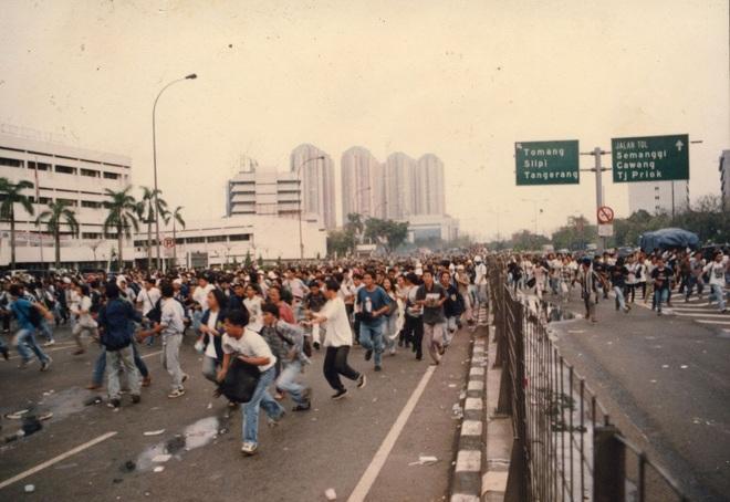 Vụ biểu tình khiến Hoa kiều ở Indonesia khiếp sợ: Ký ức kinh hoàng 1200 người Hoa bị thảm sát - Ảnh 4.