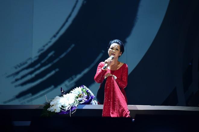 Con trai nhạc sĩ Nguyễn Ánh 9 thay cha đệm đàn cho Khánh Ly - Ảnh 2.