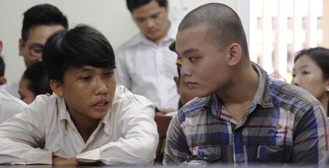 Tân (áo trắng) và Tuấn nói chuyện với nhau tại tòa. Ảnh: K.Thành