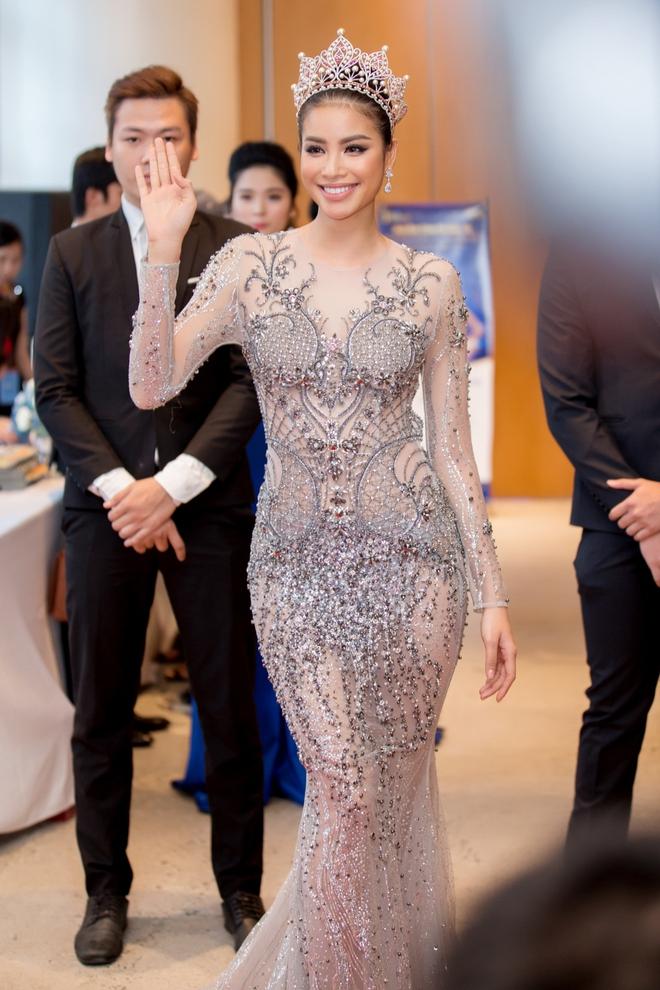 Hoa hậu Phạm Hương bật khóc khi nhìn lại chặng đường đã đi qua - Ảnh 3.