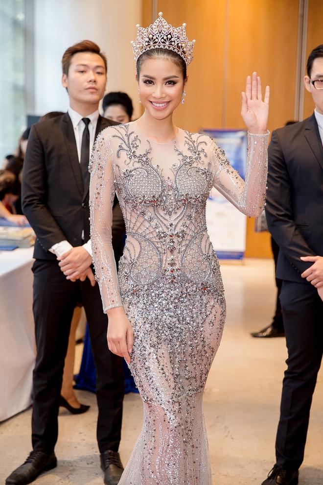 Hoa hậu Phạm Hương bật khóc khi nhìn lại chặng đường đã đi qua - Ảnh 2.