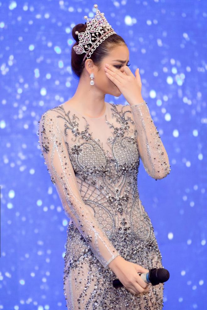 Hoa hậu Phạm Hương bật khóc khi nhìn lại chặng đường đã đi qua - Ảnh 6.