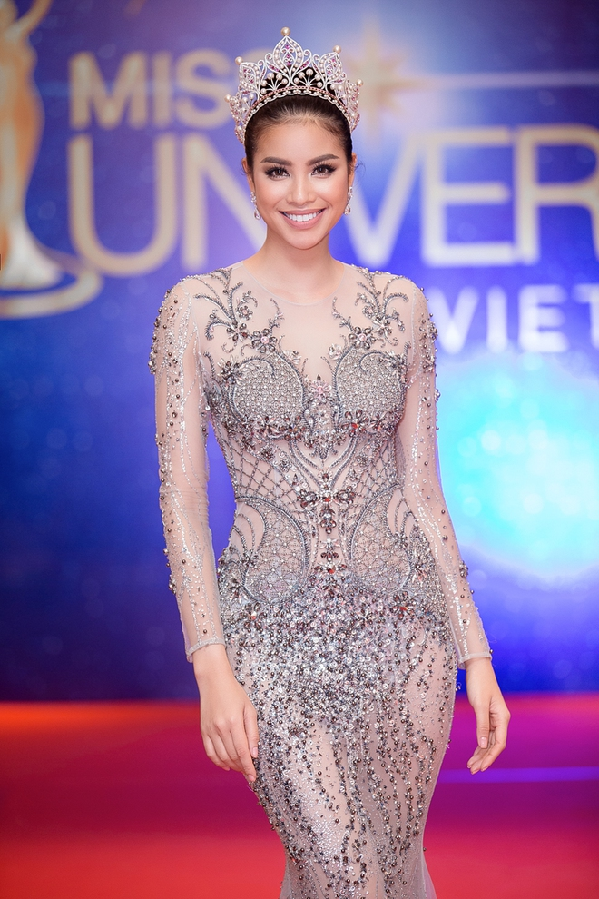 Hoa hậu Phạm Hương bật khóc khi nhìn lại chặng đường đã đi qua - Ảnh 1.