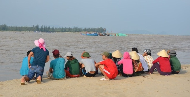 Ngư dân Cảnh Dương bất lực nhìn lũ dữ cuốn cả gia tài ra biển