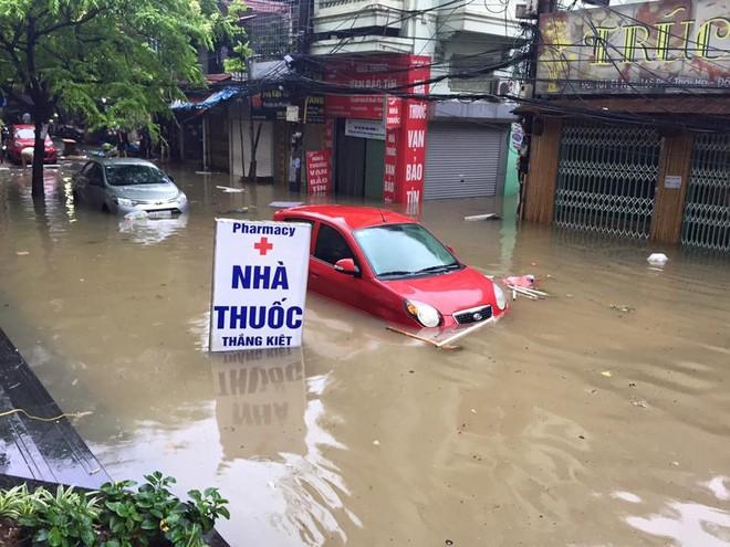 [ẢNH] Hà Nội ngập nặng sau trận mưa liên tục suốt đêm - Ảnh 27.