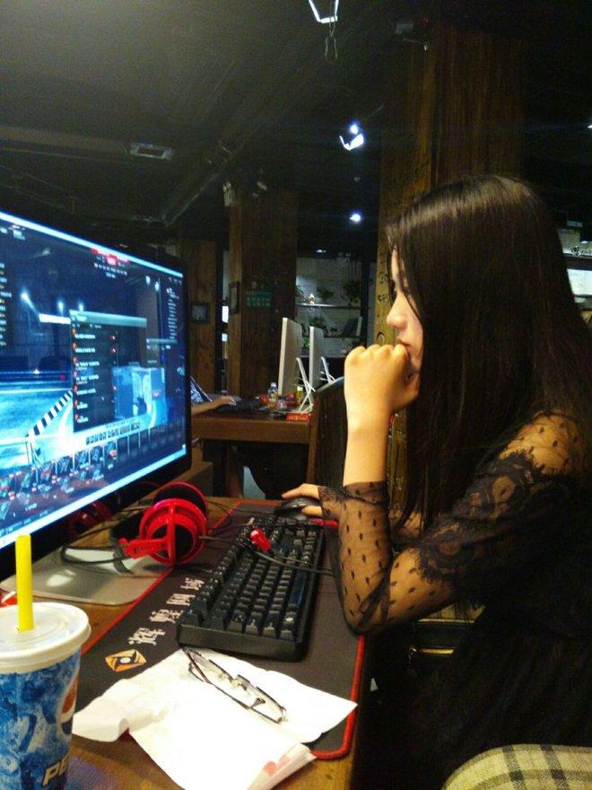 Dung nhan thật của nữ game thủ bị chụp trộm, đẹp hơn hotgirl