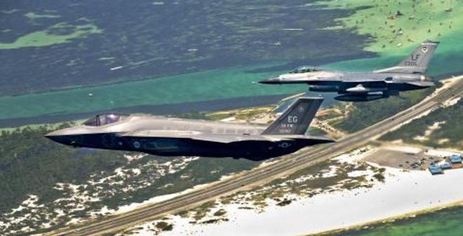 """Theo AirForceTimes ngày 31/7, phi đội F-35A đã không thể phô diễn khả năng trong diễn tập với F-15/16 vì máy bay thế hệ 5 này đã """"vô hình"""" trước radar."""