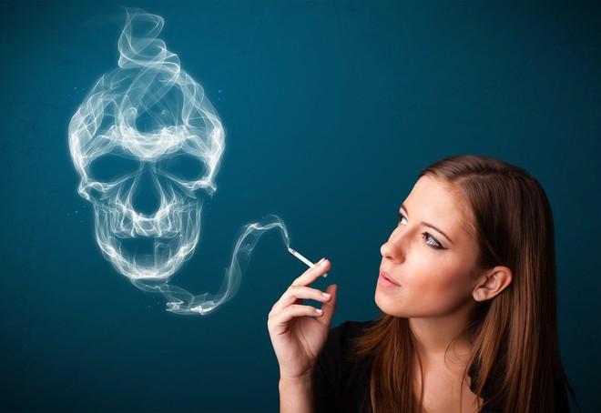 Khói thuốc là nguyên nhân chính gây ung thư phổi ở phụ nữ - Ảnh 1.