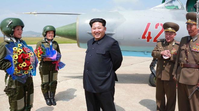 CLIP: Nữ phi công Triều Tiên lái MiG-21 đập đuôi xuống đường băng - Ảnh 2.