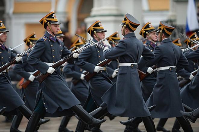 Ấn tượng nghi thức đổi ca gác của trung đoàn vệ binh Kremlin - Ảnh 1.