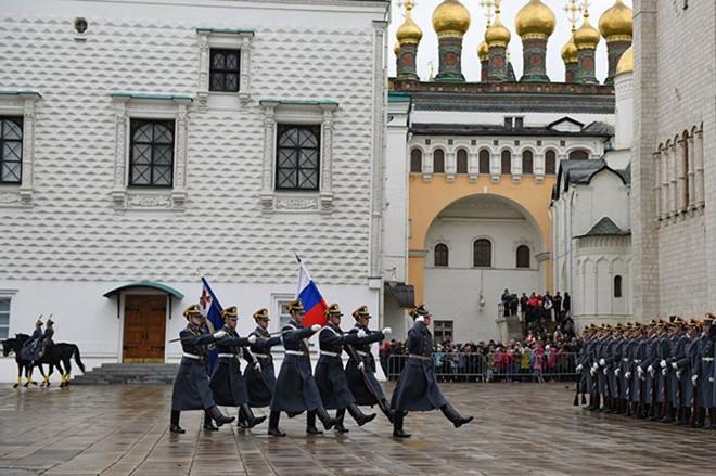 Ấn tượng nghi thức đổi ca gác của trung đoàn vệ binh Kremlin - Ảnh 2.